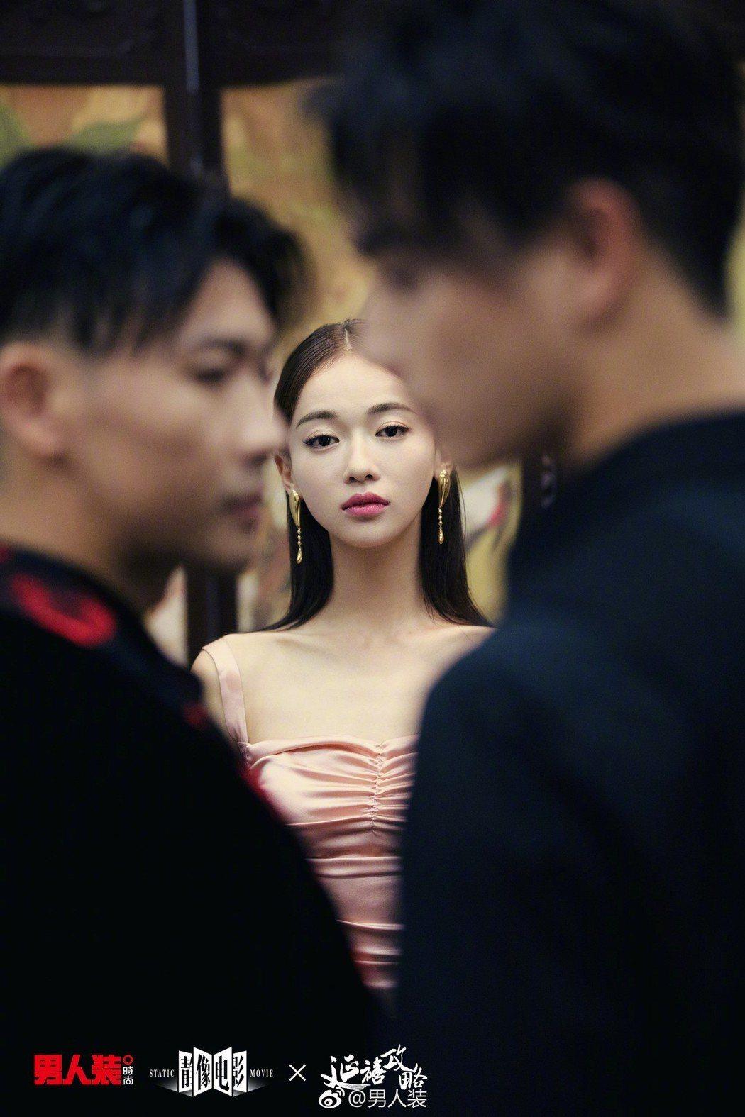 吳謹言(中)、許凱(右)、聶遠(左)為時尚雜誌拍照。 圖/擷自男人裝微博