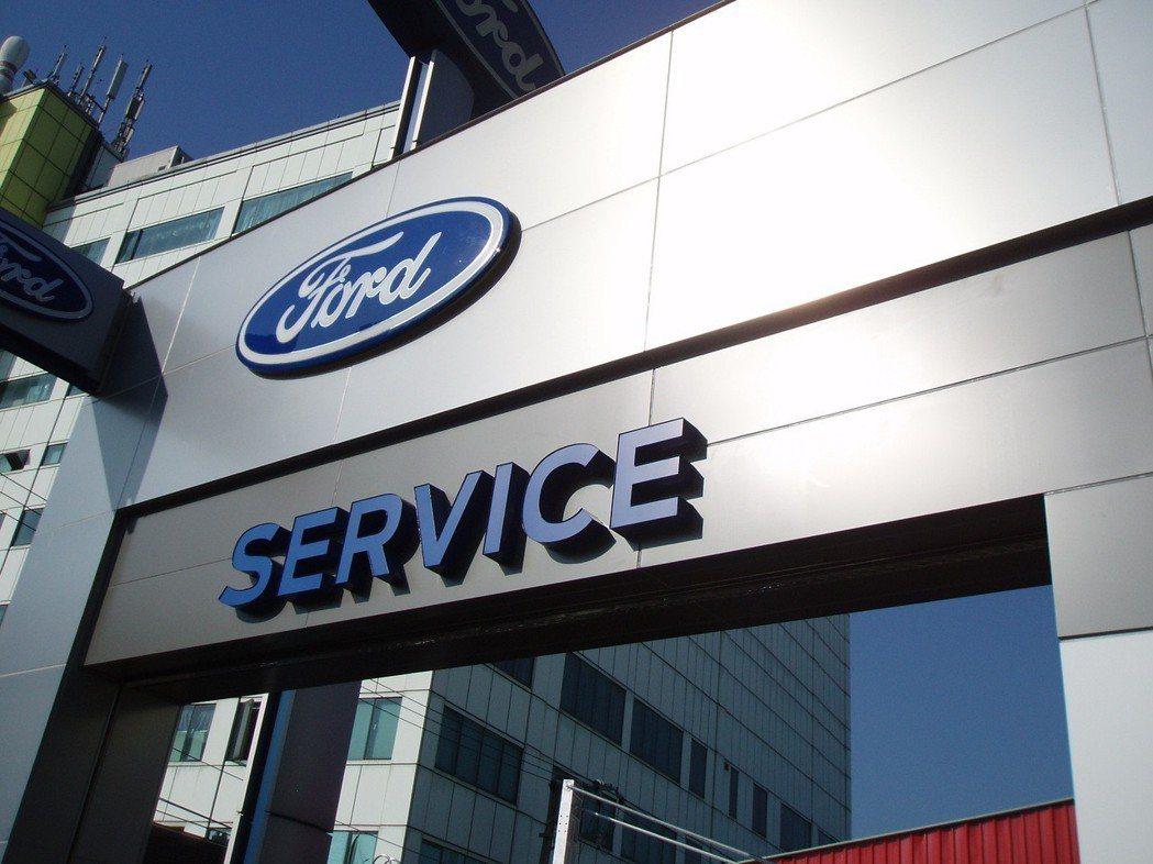 熱帶低性氣壓挾豪雨來襲,Ford呼籲車主做好防災準備,並提供車主免費拖吊、零件工資優惠。 圖/Ford提供