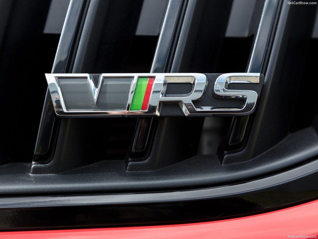 這是舊款黑綠紅相間的Škoda RS廠徽。 摘自Škoda