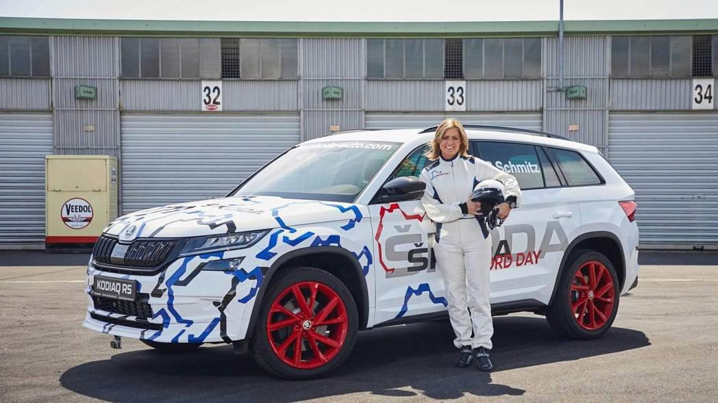 Sabine Schmitz駕駛Škoda Kodiaq RS挑戰極限。 摘自Š...