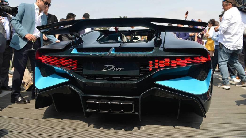 Bugatti Divo車尾誇張的空力套件和增加下壓力的尾翼。 摘自Motor1