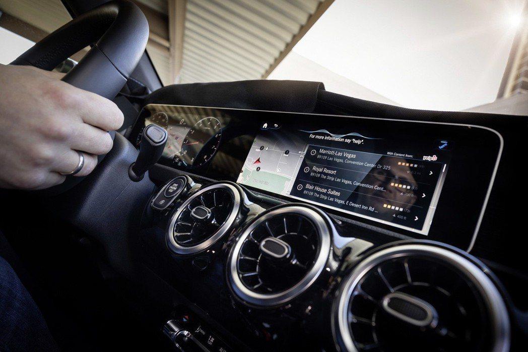 MBUX導入智能聲控,只要說出【你好 賓士】或是【Hey 賓士】關鍵字,就可操作如影音、導航、空調與環景內裝照明等功能。 圖/Mecedes-Benz提供