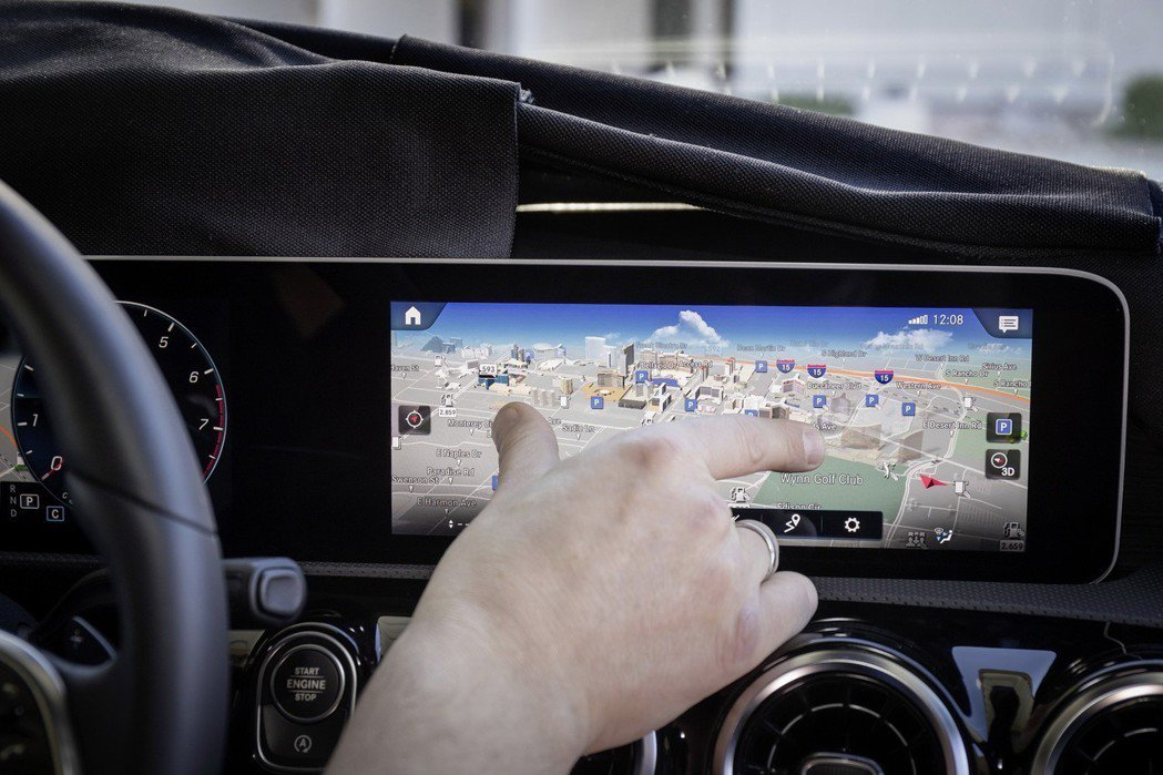 全新MBUX的導航界面不僅支援智能聲控更可以直覺式的指端觸控操作旋轉、放大與縮小...