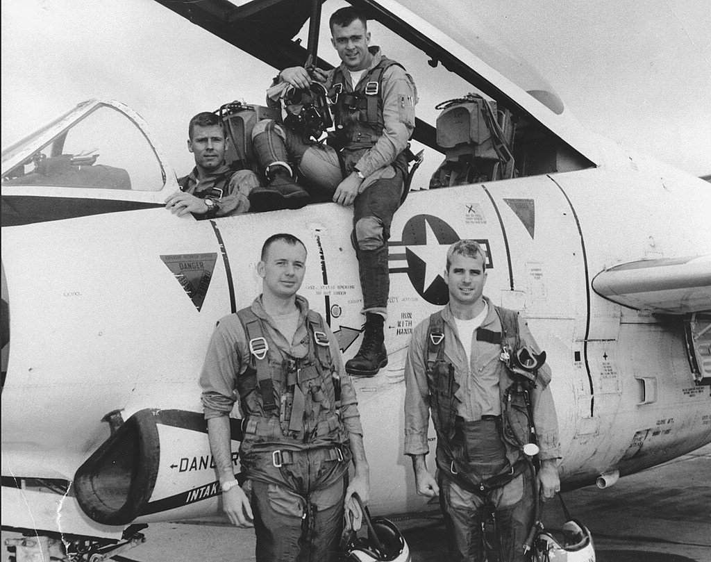 祖父和爸爸都是四星上將的麥肯(右下),在越戰期間曾是海軍A-4天鷹式轟炸機的駕駛...