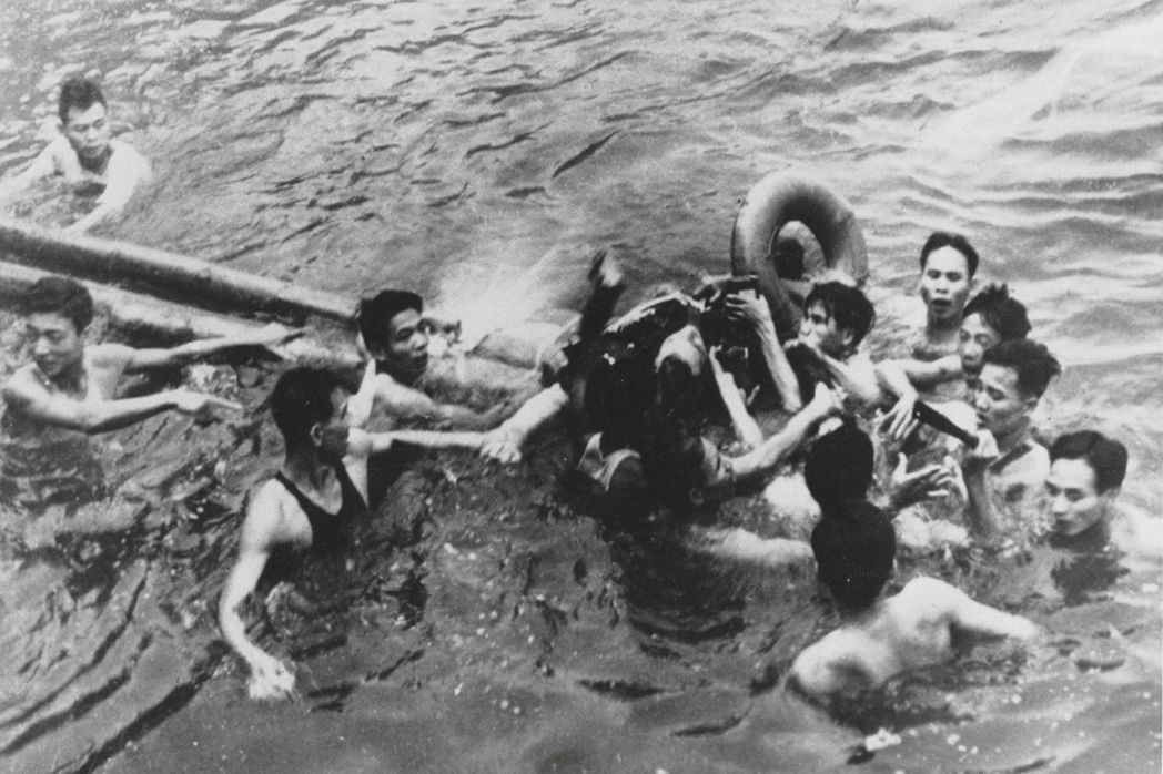 航母失事後的同年,10月26日,麥肯參與的空襲行動遭到北越的防空飛彈擊破,他的A...