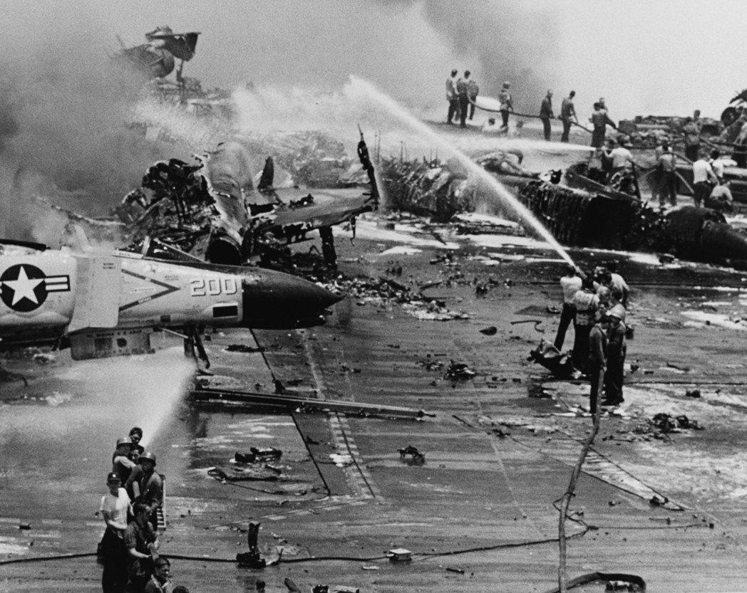 1967年7月29日,麥肯服役的佛萊斯特號航空母艦發生了爆炸意外,麥肯的天鷹式座...