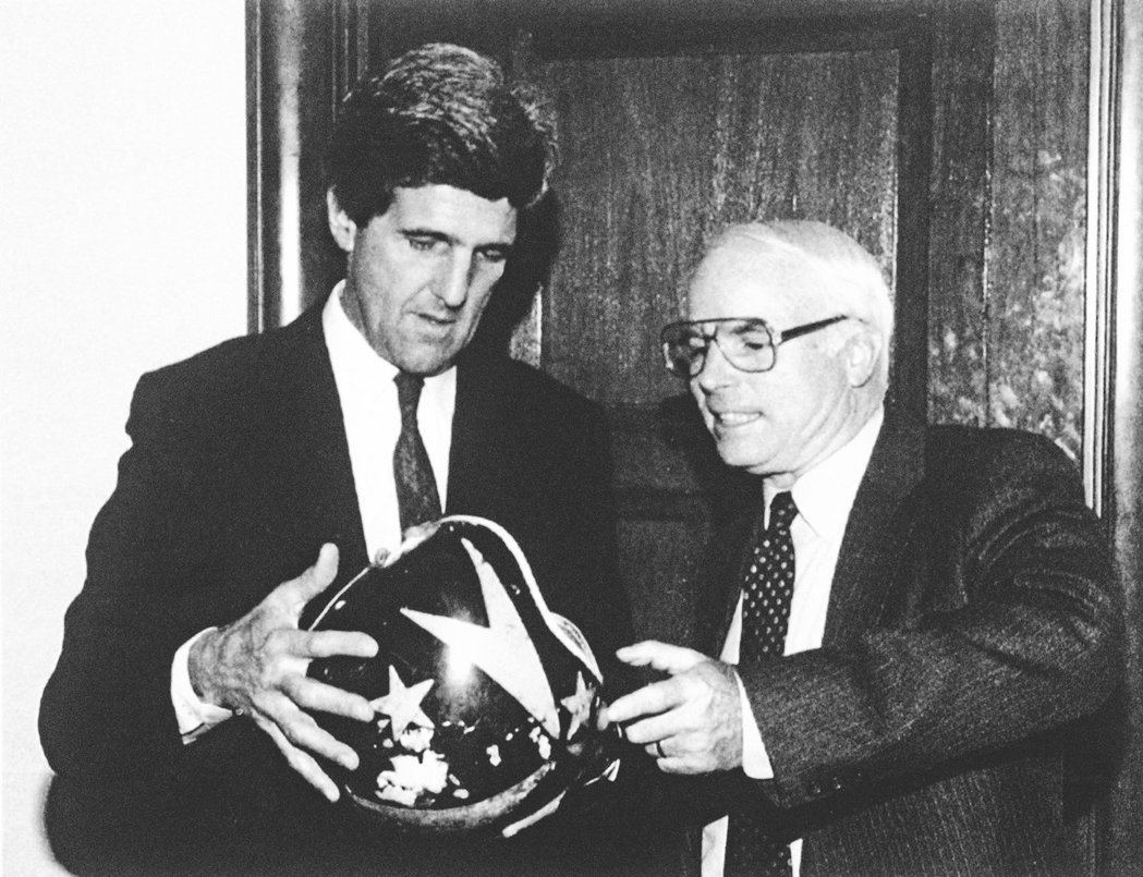 圖為1992年的參議院聽證會中,麥肯(右)與民主黨參議員凱瑞( John Ker...