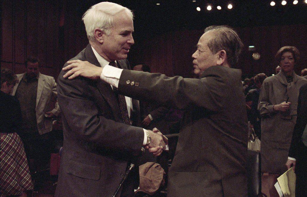 圖為1991年,已身為參議員的麥肯,與當時北越「河內希爾頓」的典獄官見面,兩人一...