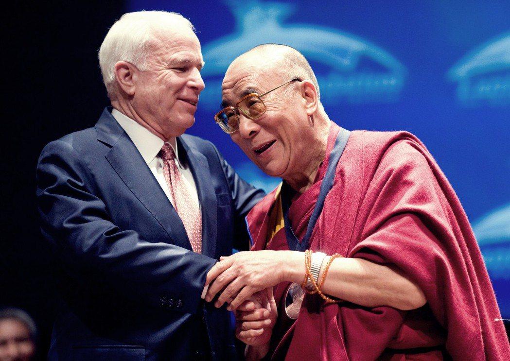 圖為2009年,麥肯與訪問華府獲頒Lantos人權獎的達賴喇嘛相見歡。在2009...
