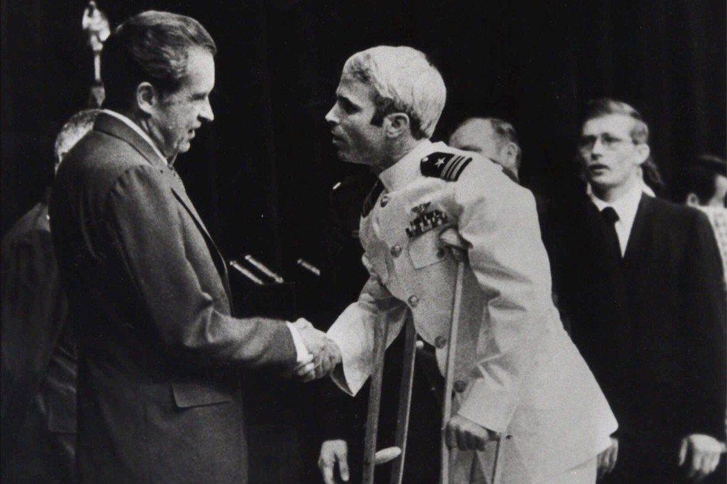 1973年,距離越戰停火協定生效前不到2個月,麥肯終於獲釋。這段長達5年半的戰俘...