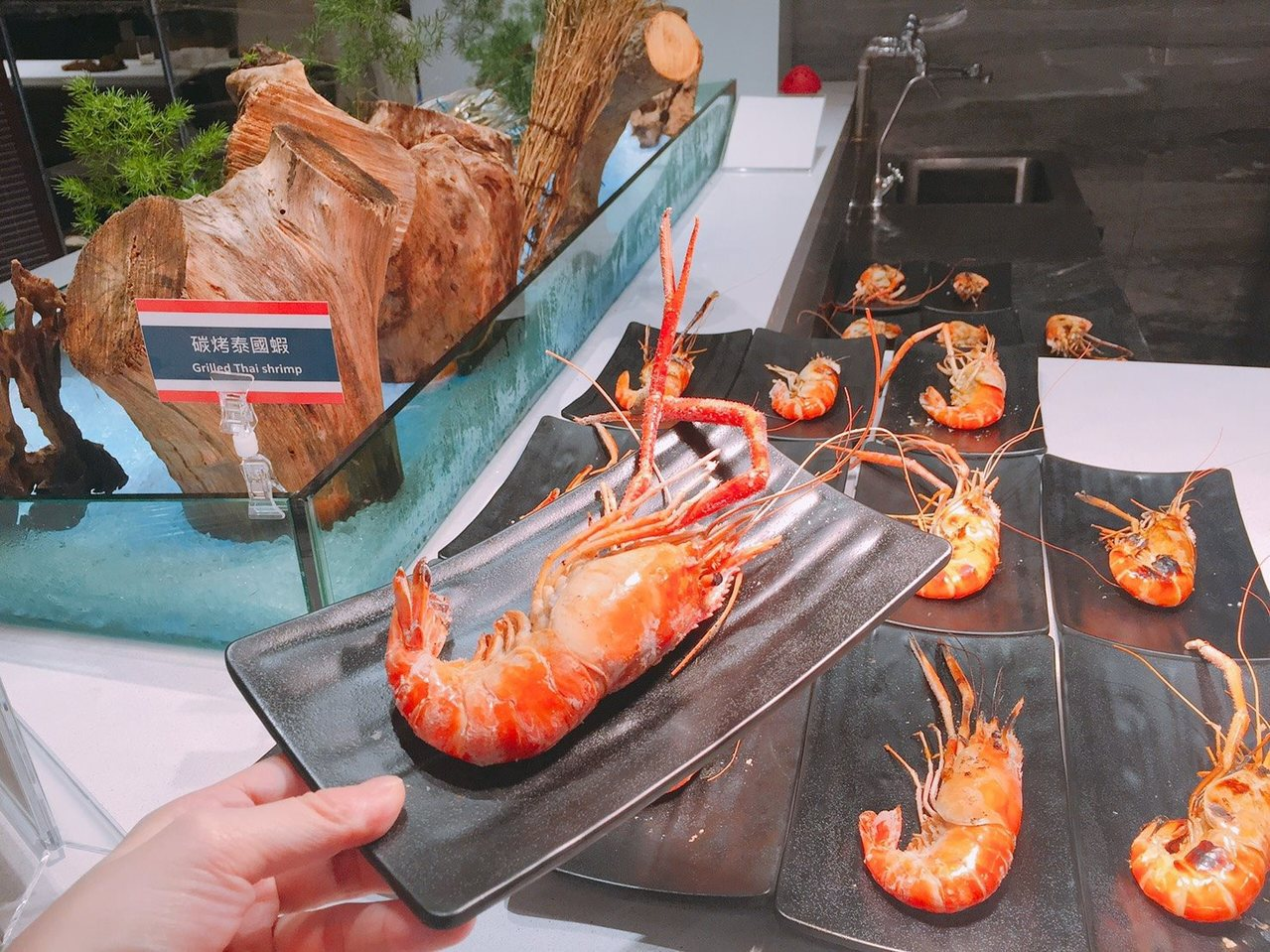 號稱新莊最大Buffet天賜百匯近日開幕,首波活動以泰國蝦為主題。圖/摘自天賜良...