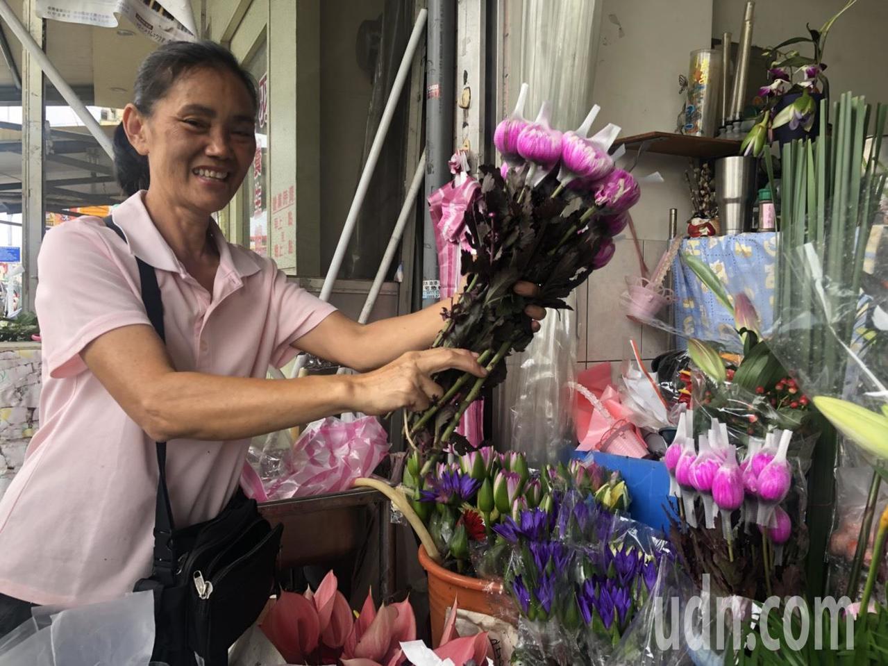 王翌達的母親鐘蓮音在嘉義市公明路經營花店,扶養3個孩子成長。記者王慧瑛/攝影