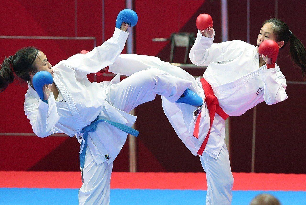空手道女將文姿云(右)今早在雅加達亞運女子55公斤級連過三關,直闖金牌戰。特派記...
