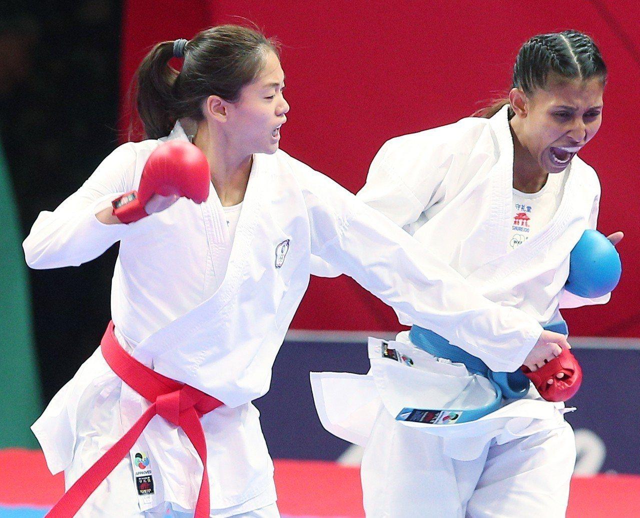 空手道女將文姿云(左)今早在雅加達亞運女子55公斤級連過三關,直闖金牌戰。特派記...