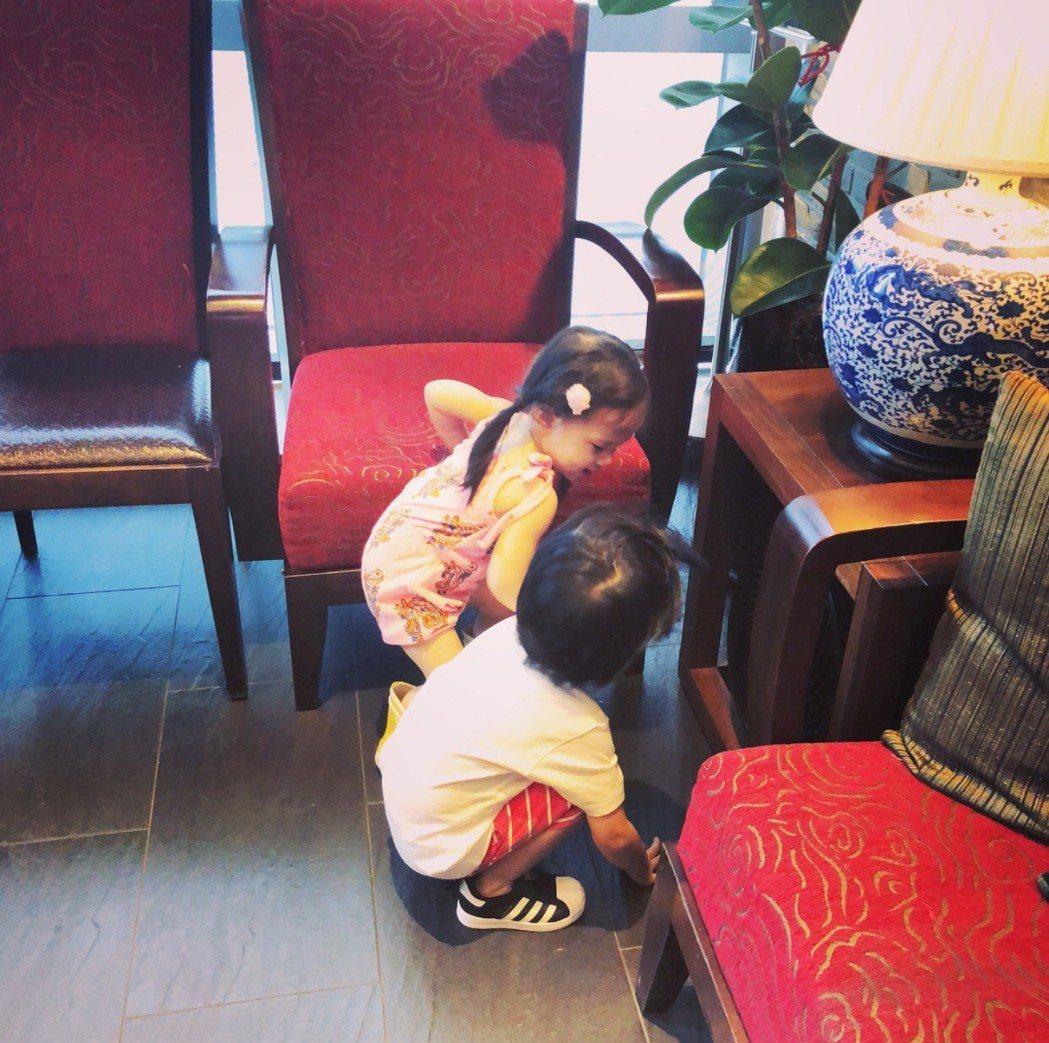 Max帶著妹妹Lucy東看西看到處摸索。圖/翻攝IG