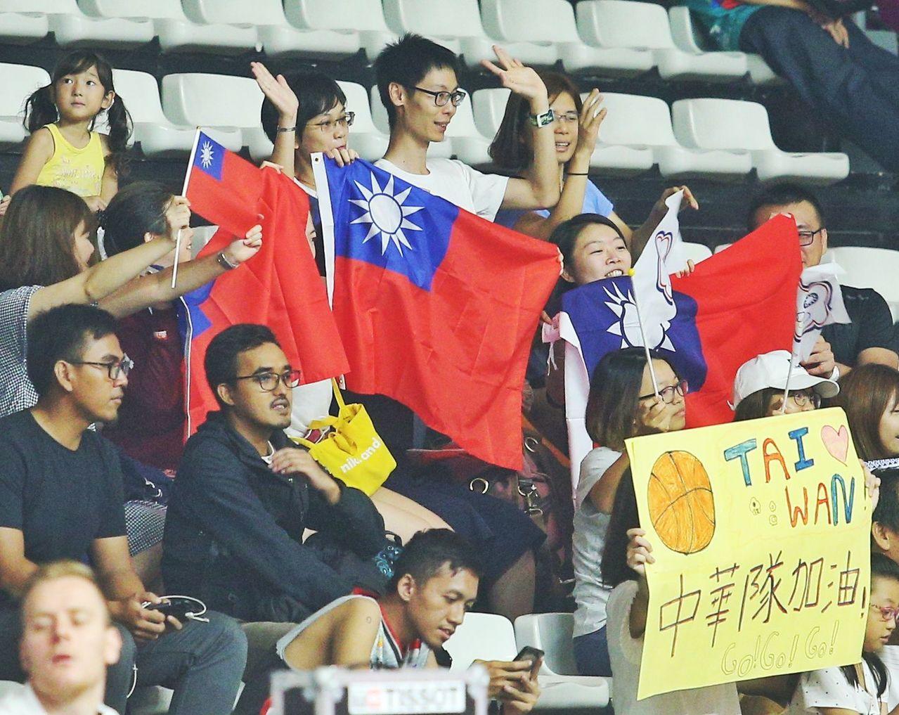 中華隊場邊的啦啦隊拿國旗加油,但工作人員之後勸阻,國旗就沒再出現。特派記者陳正興...