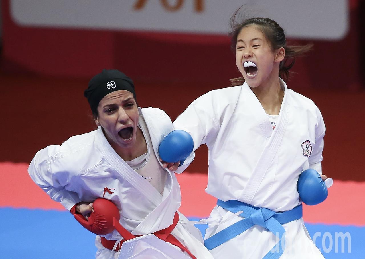 我國空手道女將文姿云(右)在雅加達亞運女子55公斤級金牌戰擊敗伊朗選手,達成在亞...