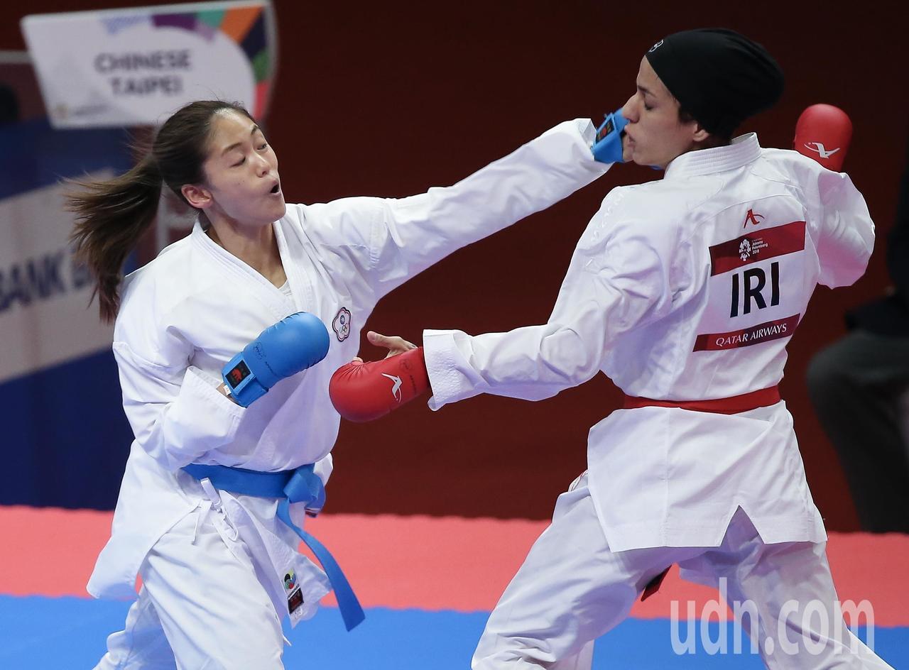 我國空手道女將文姿云(左)在雅加達亞運女子55公斤級金牌戰擊敗伊朗選手,達成在亞...