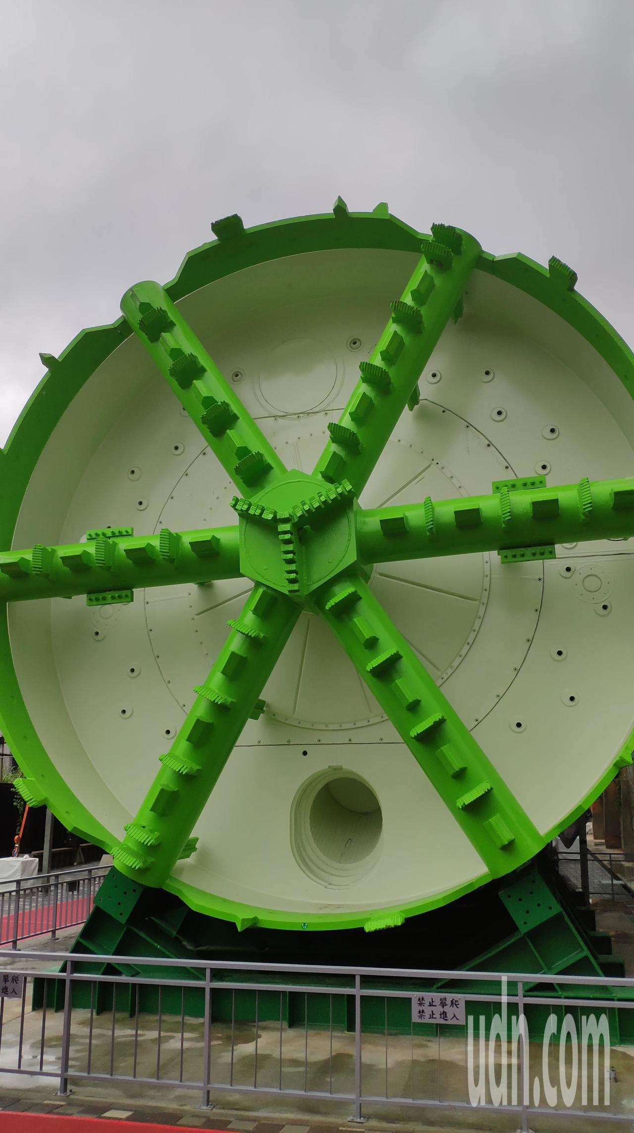 軌道願景館廣場外展示了「實體潛盾機」。記者李京昇/攝影