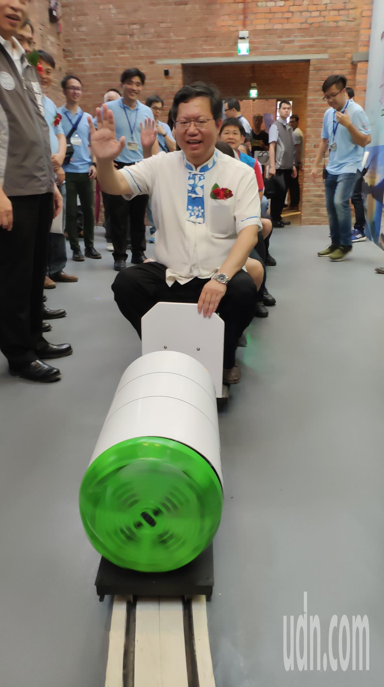 市長鄭文燦體驗館內小火車。記者李京昇/攝影