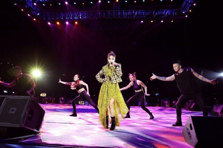 蔡依林在江蘇七夕演唱會演出時穿DVF豹紋洋裝配格子夾克,腳踩Giuseppe Z...