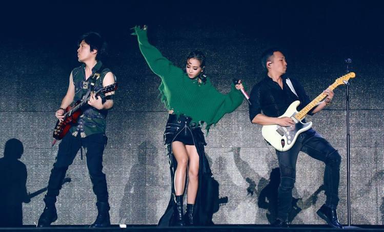 蔡依林現身五月天北京演唱會擔任嘉賓,穿Diesel綠色毛衣搭皮裙,配Giusep...