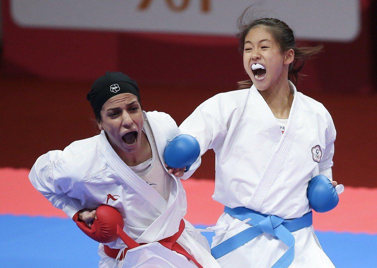中華女將文姿云(右)在雅加達亞運擊敗伊朗選手卡薩,拿下女子55公斤級金牌,。特派...