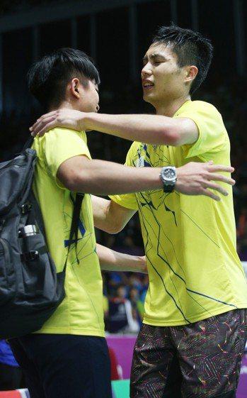 周天成8強賽逆轉勝後擁抱場邊教練。特派記者陳正興/雅加達攝影