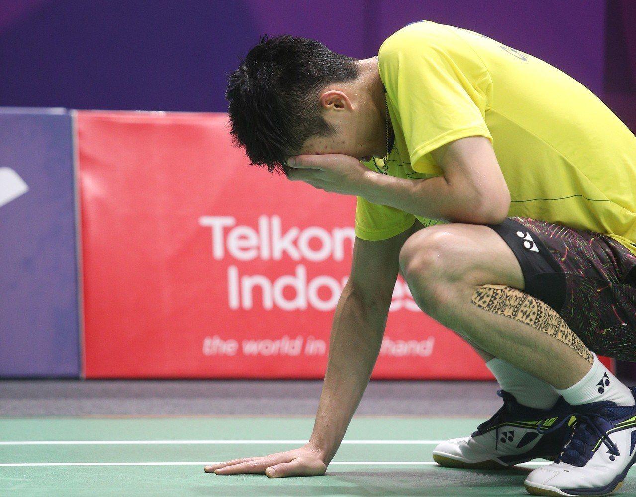 周天成8強賽逆轉勝後激動掩面。特派記者陳正興/雅加達攝影