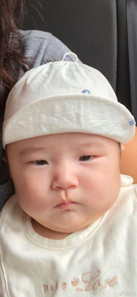 51歲黎明在今年3月宣告與小19歲的助理阿Wing交往,隨後更一步表示阿Wing已經有孕,並在4月生下小孩,今日他難得在微博公開小孩模樣,開心寫下「我的女兒......好胖呵呵,平凡是她的運氣。分享...