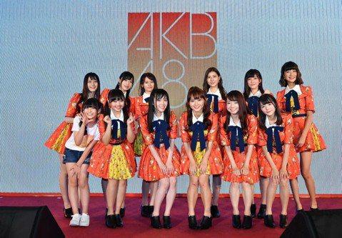 等了快3個月,AKB48台灣姊妹團「AKB48 Team TP」26日重新出發,在世貿旅展舞台上熱唱「好想見你」4首中文版的AKB48代表歌曲。現場湧入超過500名粉絲,曾赴日本參加人氣總選舉的邱品...
