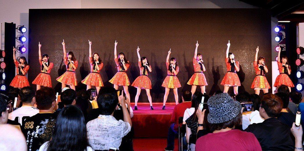 AKB48 Team TP 今賣力在旅展唱跳。圖/阿克斯娛樂提供