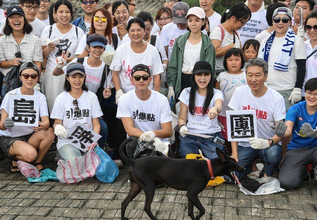吳慷仁(前排左3)為新片「引爆點」出席淨灘活動,與志工一同合影。圖/牽猴子提供
