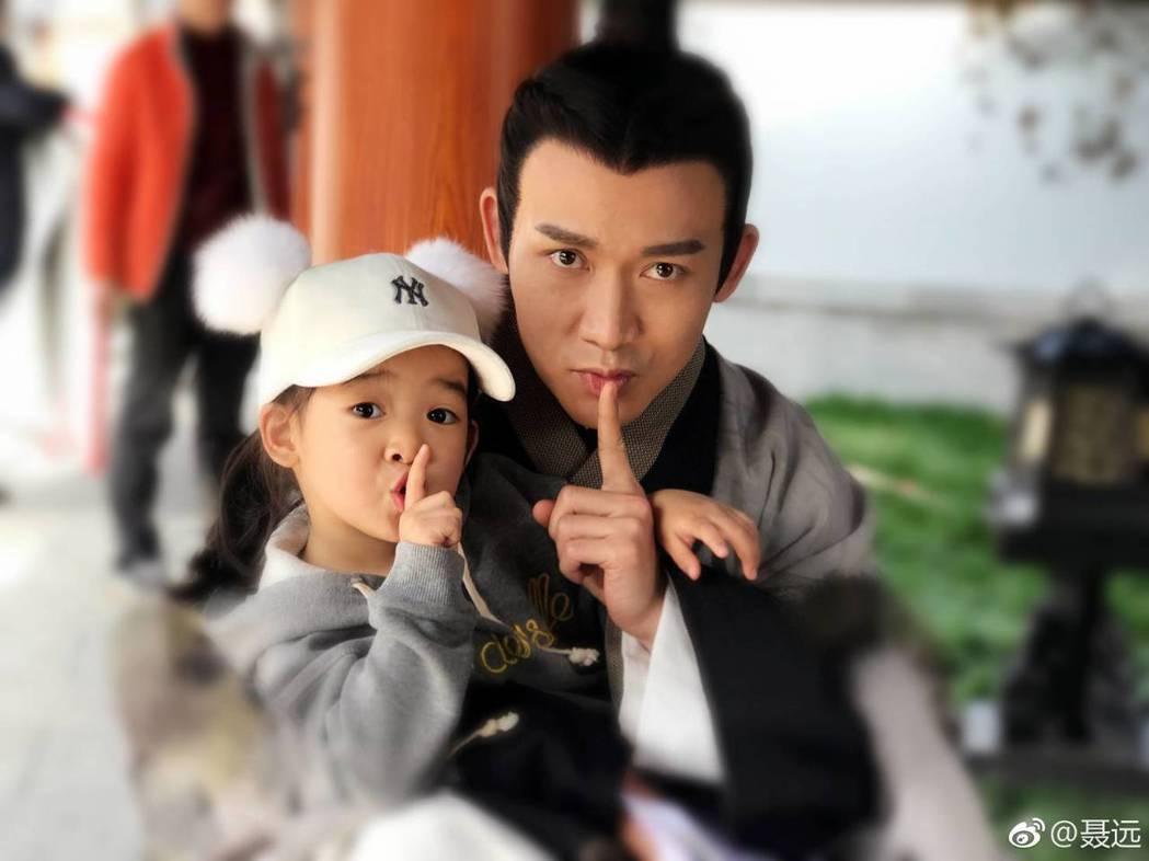 聶遠經常帶女兒到拍戲片場。圖/摘自微博