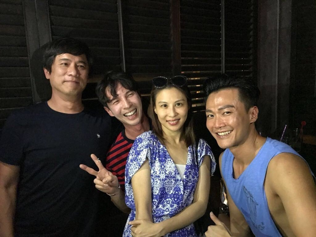 陳勢安(左二起)邀林凡、林俊逸一起去台北東區知名餐酒館續攤。圖/摘自臉書