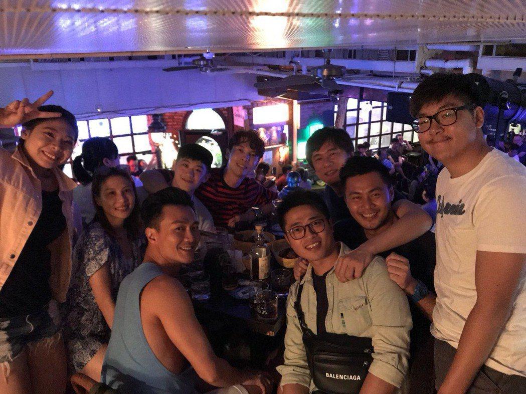 陳勢安(後排中)與同事一起去EZ5挺林凡。圖/摘自臉書
