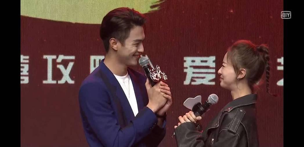 許凱(左)、吳謹言重現劇中片段。圖/截圖自愛奇藝台灣站