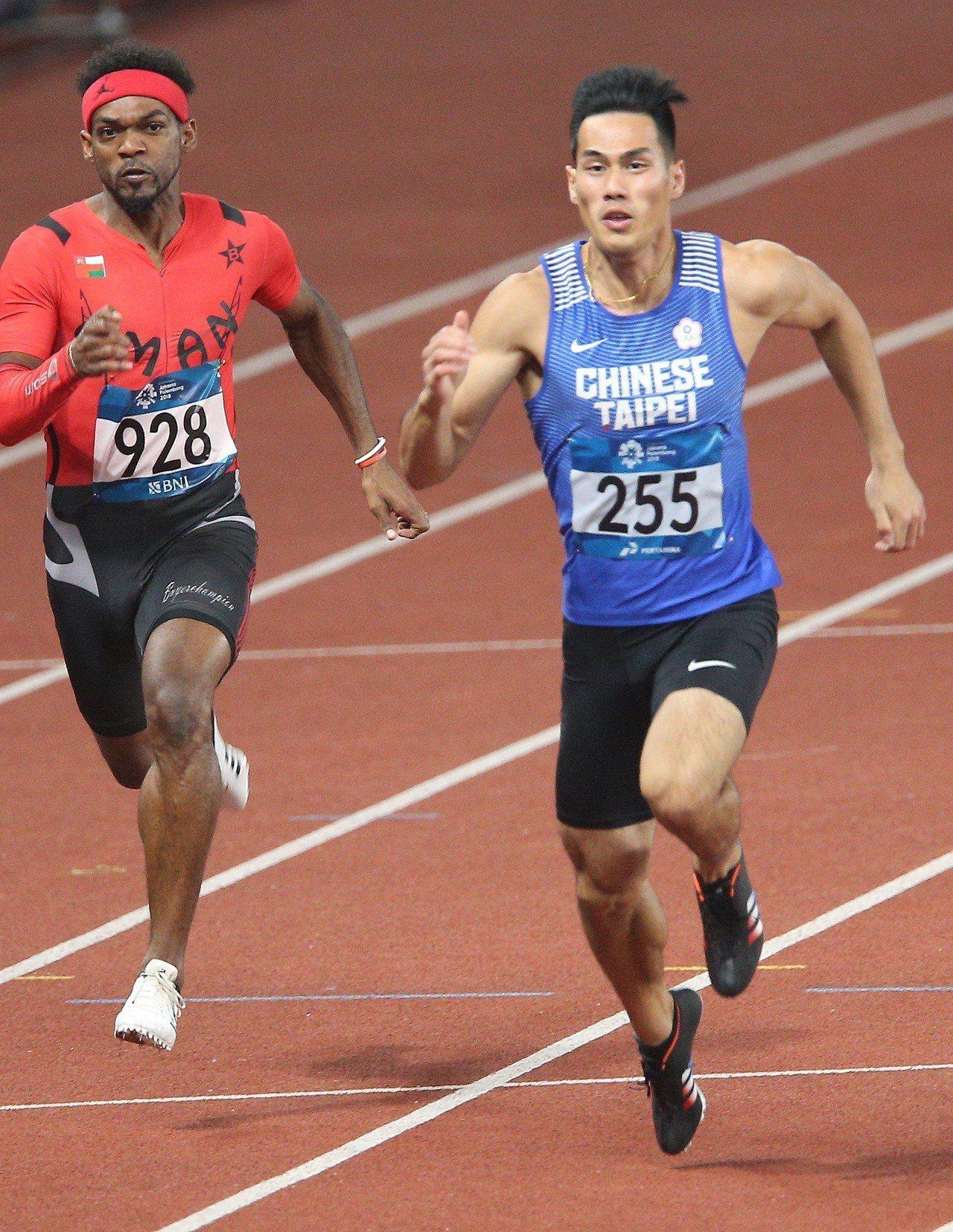 楊俊瀚(右)準決賽跑出10秒17的成績晉級。特派記者陳正興/雅加達攝影