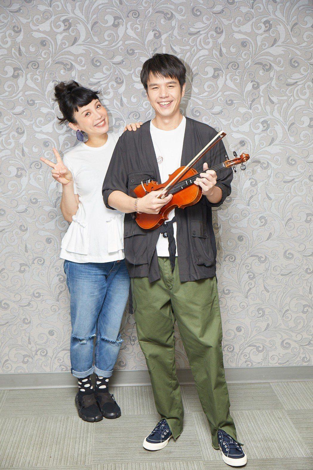魏如萱(左)挺孕肚開唱,跟男友隆宸翰同台放閃。圖/好多音樂提供