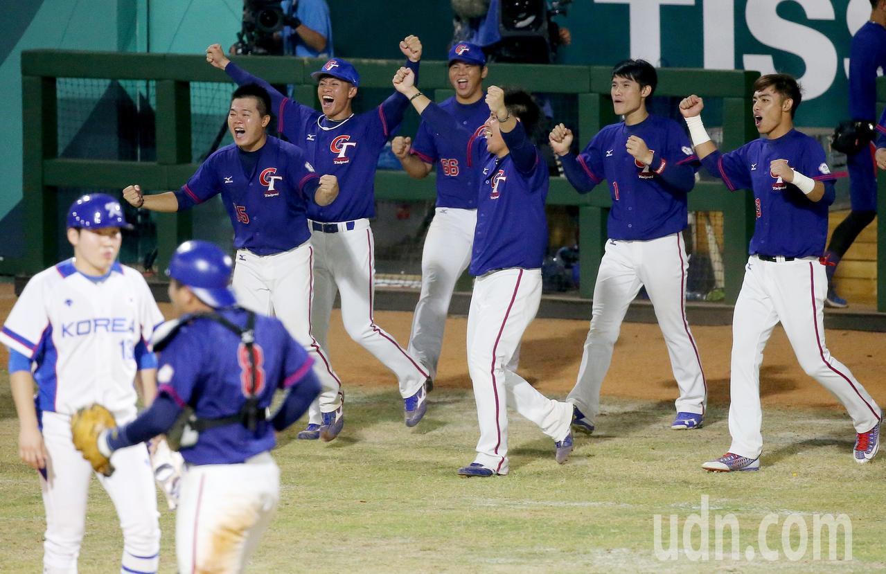 中華隊首場比賽2比1擊敗南韓隊,球員衝進場中慶祝。特派記者余承翰/雅加達攝影