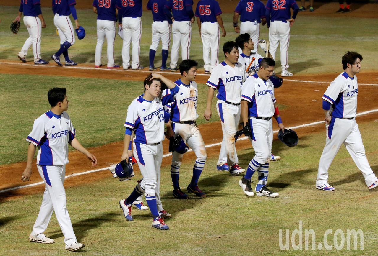 南韓隊首場比賽1比2不敵中華隊,球員失望地離場。特派記者余承翰/雅加達攝影