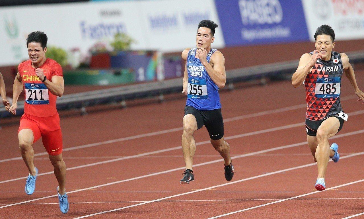 大陸飛人蘇炳添(左一)以9秒92摘金,隔壁道的楊俊瀚(左二)獲得第5。特派記者陳...