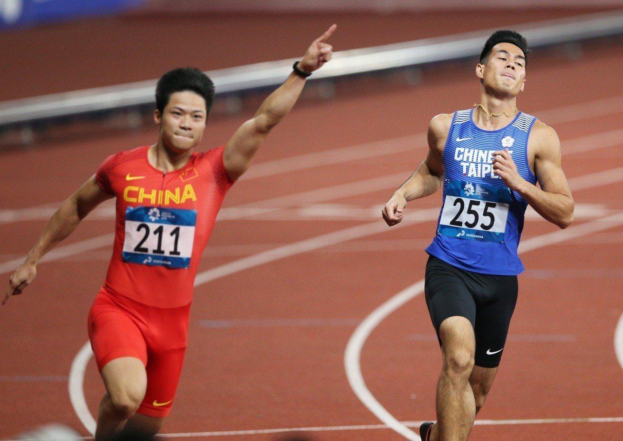 大陸飛人蘇炳添(左)以9秒92摘金,隔壁道的楊俊瀚獲得第5。特派記者陳正興/雅加...