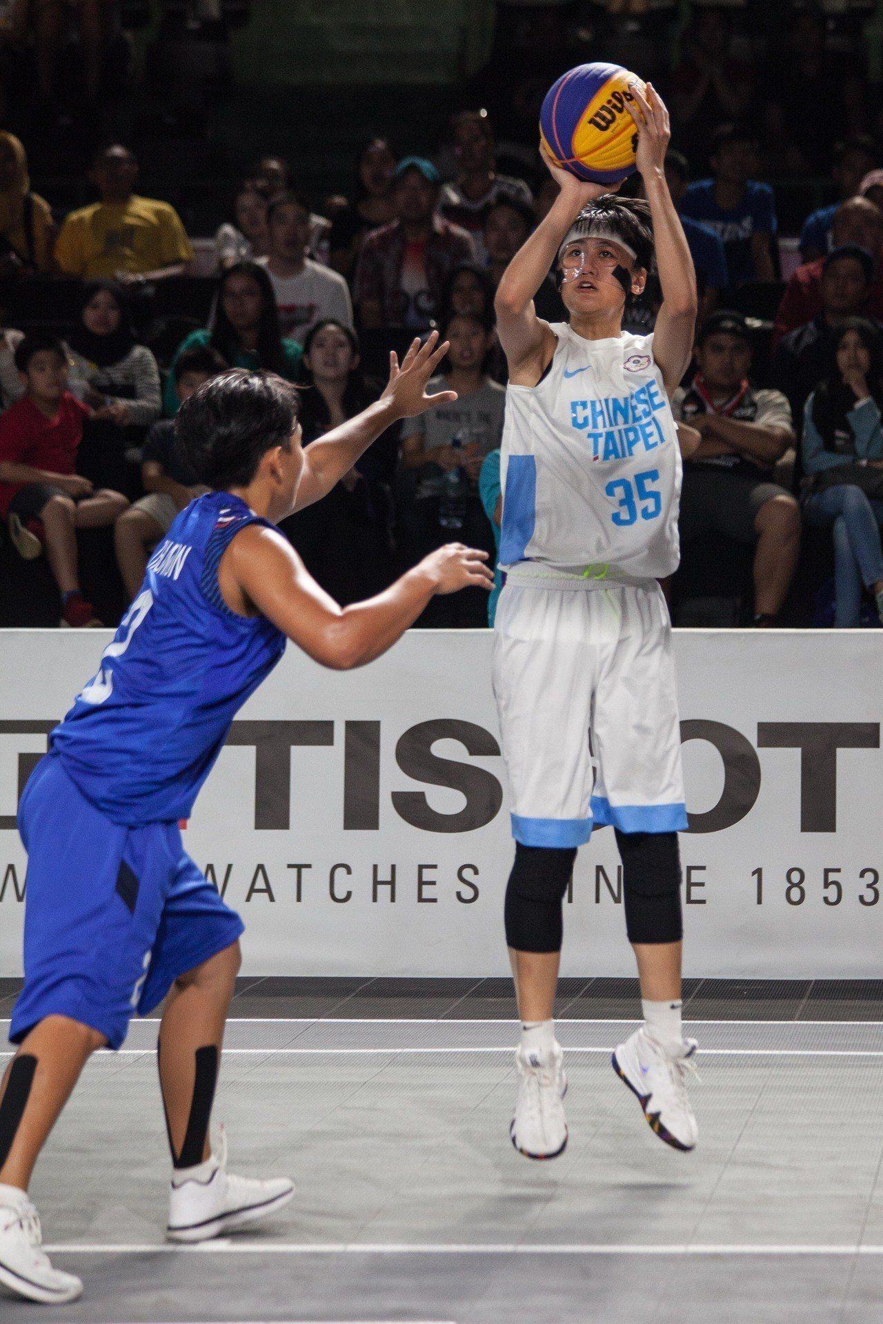亞運三對三女籃,中華隊羅培甄(右)外線出手。 台體實習記者賴琦昀 / 雅加達攝影