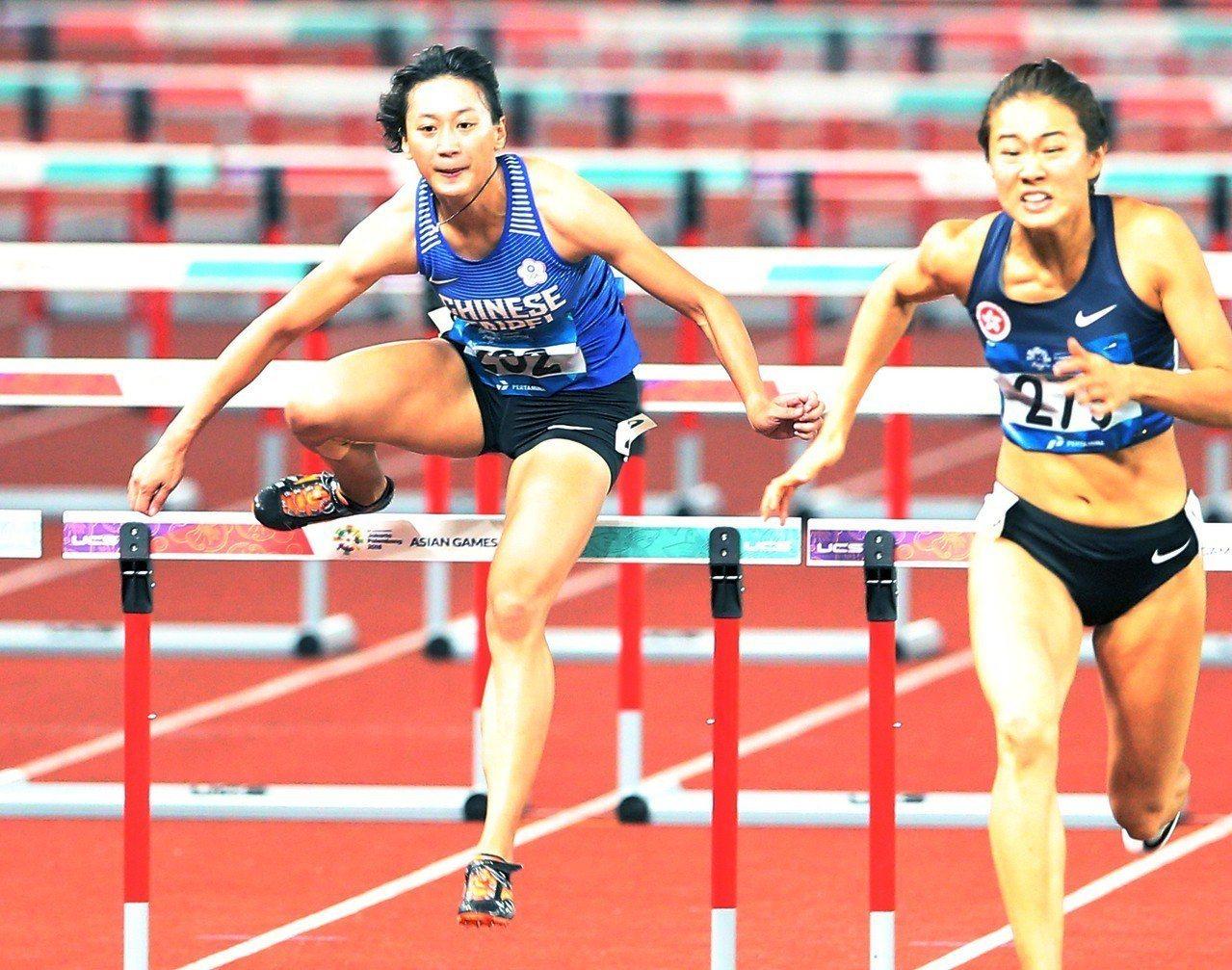 謝喜恩(左)受傷勢影響,在女子100公尺跨欄決賽排名墊底。特派記者陳正興/雅加達...