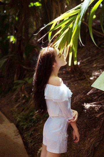 大陸女星迪麗熱巴因「三生三世十里桃花」爆紅,擁有一張精緻臉龐的她,不但紅到日本,微博粉絲人數更超過3500萬,擁有超高人氣,她經常在微博曬美照與網友分享,近日又po出在漫步熱帶雨林照,一頭飄逸秀髮、...