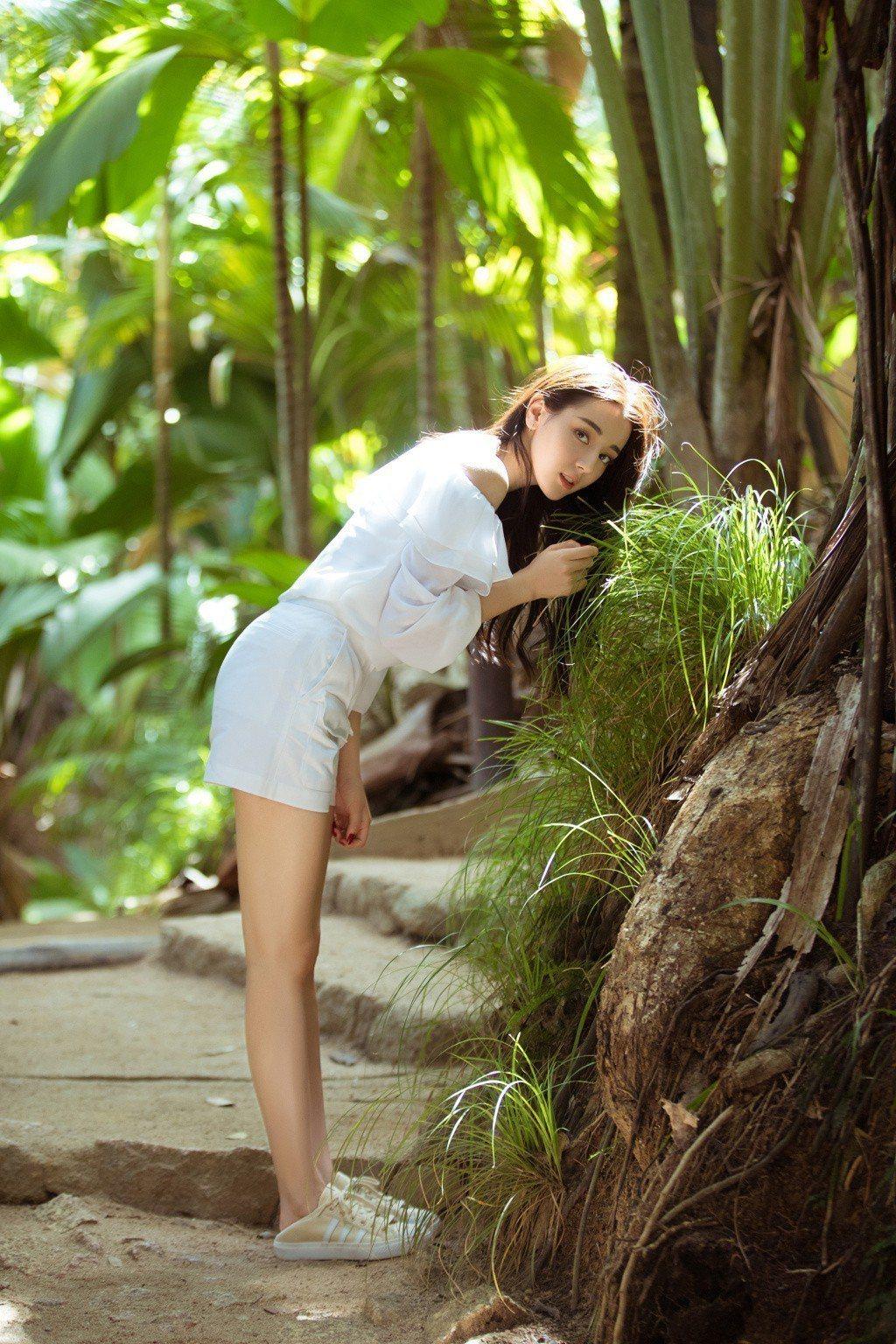 迪麗熱巴漫步雨林,彎腰挺翹臀,腳上的懶人鞋引起網友注意。圖/摘自微博