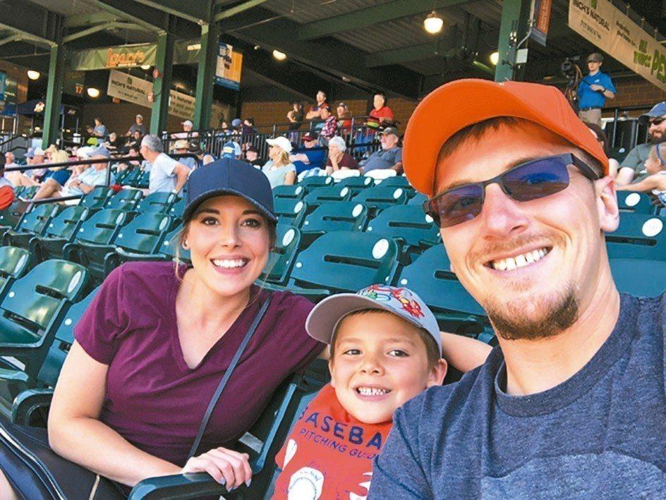 艾米特和爸媽去看球賽。 圖/取自Boredpanda網站