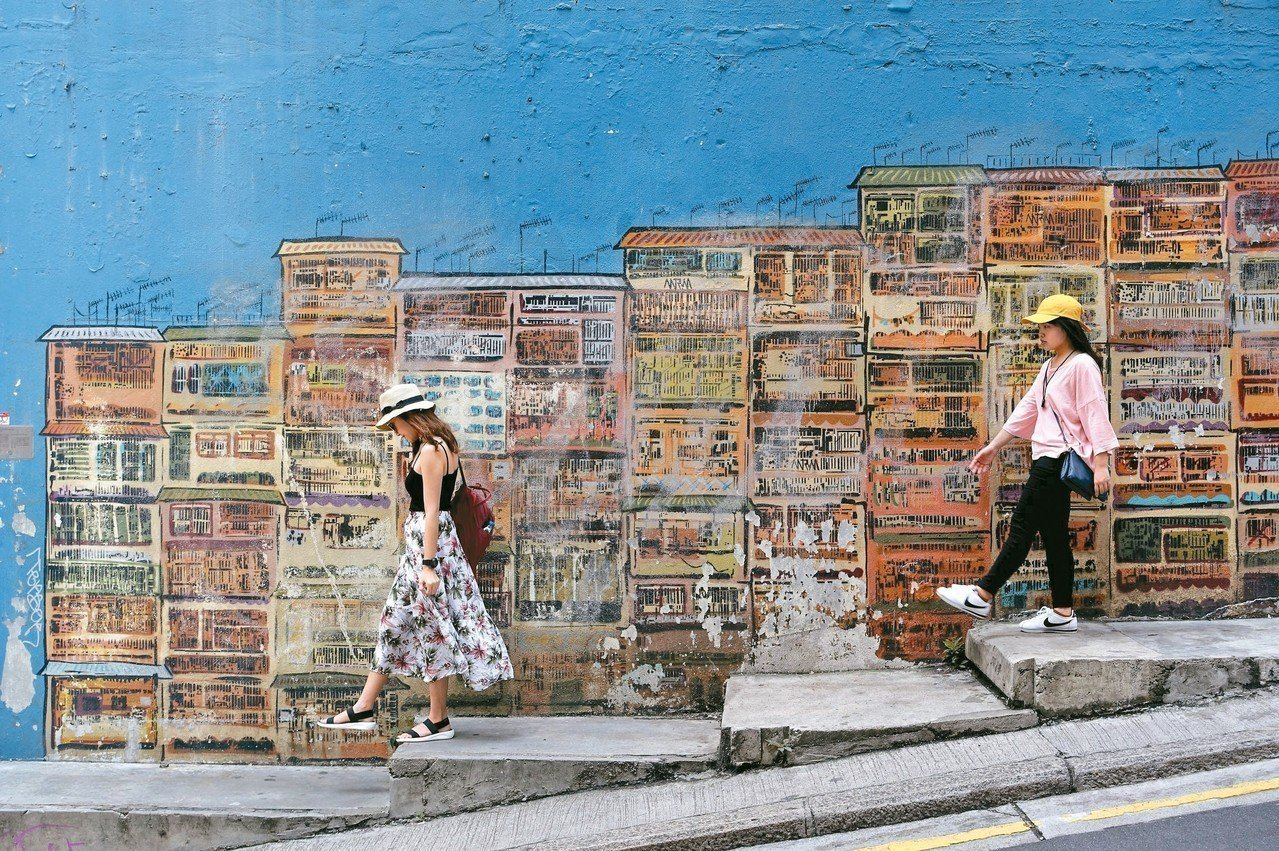 嘉咸街階梯壁畫已成中環知名攝影景點。 記者沈佩臻/攝影