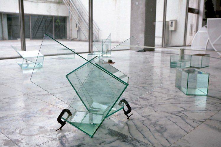 莊普以玻璃、鐵板、水創作的「光與水的移位」。 圖/誠品藝廊與莊普藝術工作室提供